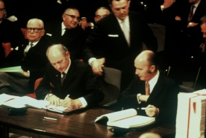 Jack lynch signs EEC Treaty