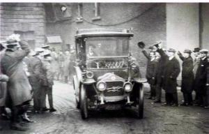 Michael Collins arrives by taxi to Dublin Castle