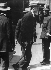 De Valera enters Downing Street 1921
