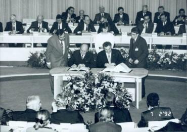 Gerry Collins, Bertie Ahern sign Maastricht Treaty