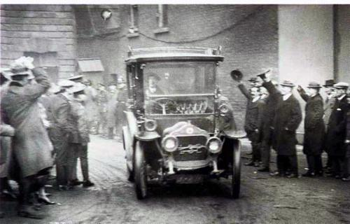 Michael Collins arrives by taxi for Dublin Castle handover