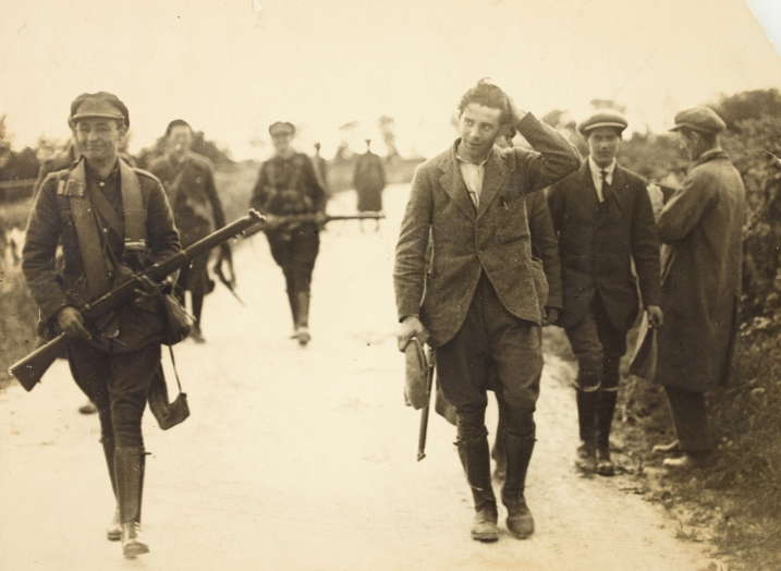 A prisoner under escort at the South Western Front during the Irish Civil War. Given the situation, everyone looks remarkably relaxed. (Source: NLI)